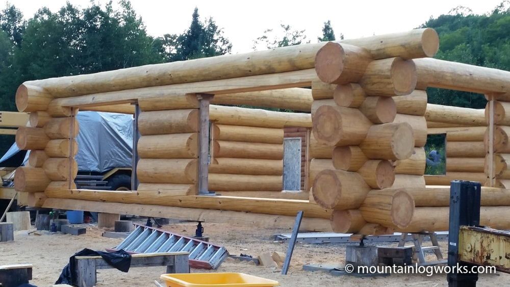 Constructing log cabin with staggered ends